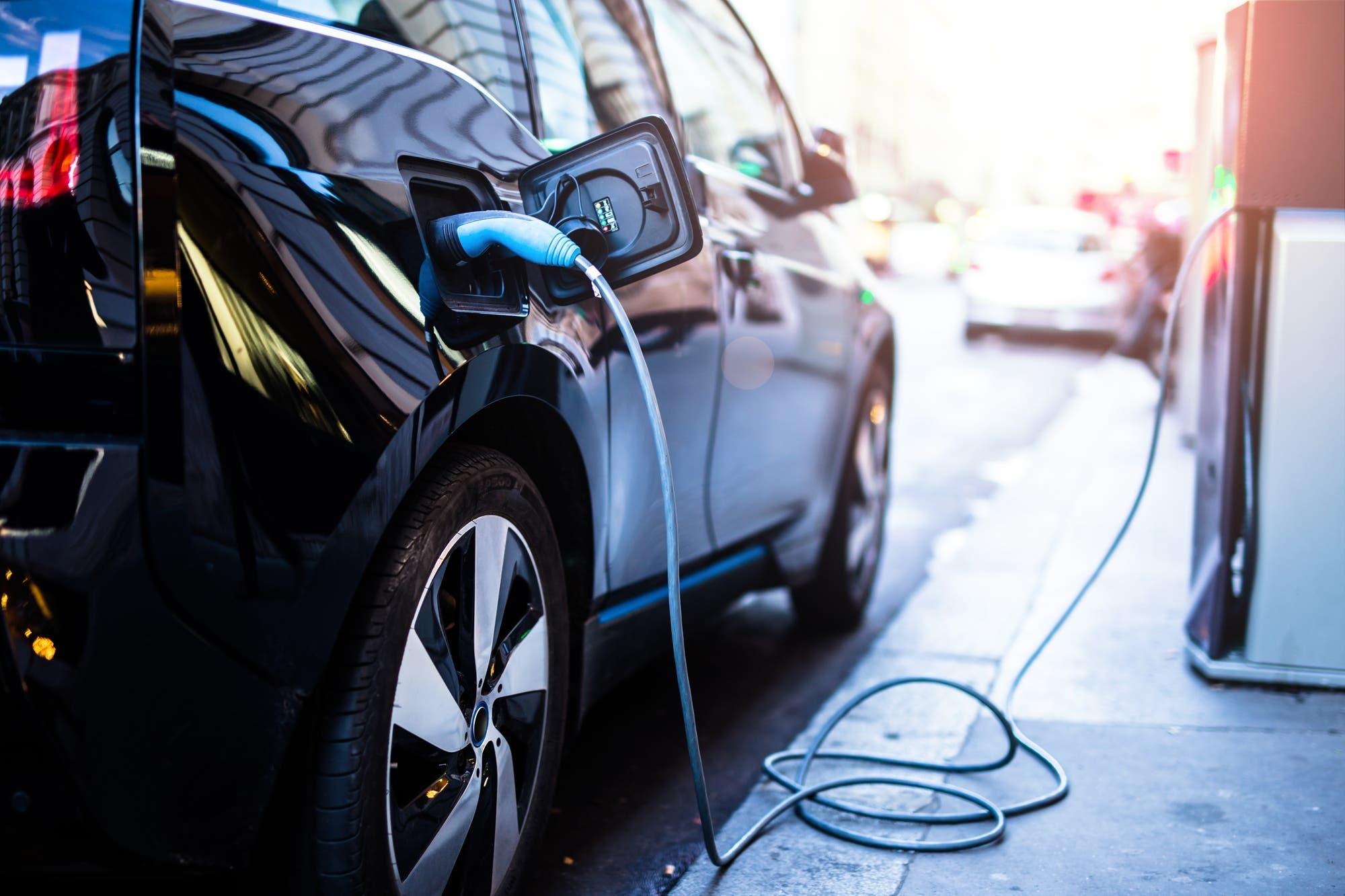 Los silenciosos autos eléctricos deberán circular con ruido artificial en Europa