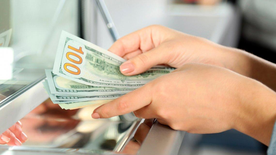 El dólar cedió sólo 6 centavos a $63,26 sostenido por compras de bancos oficiales