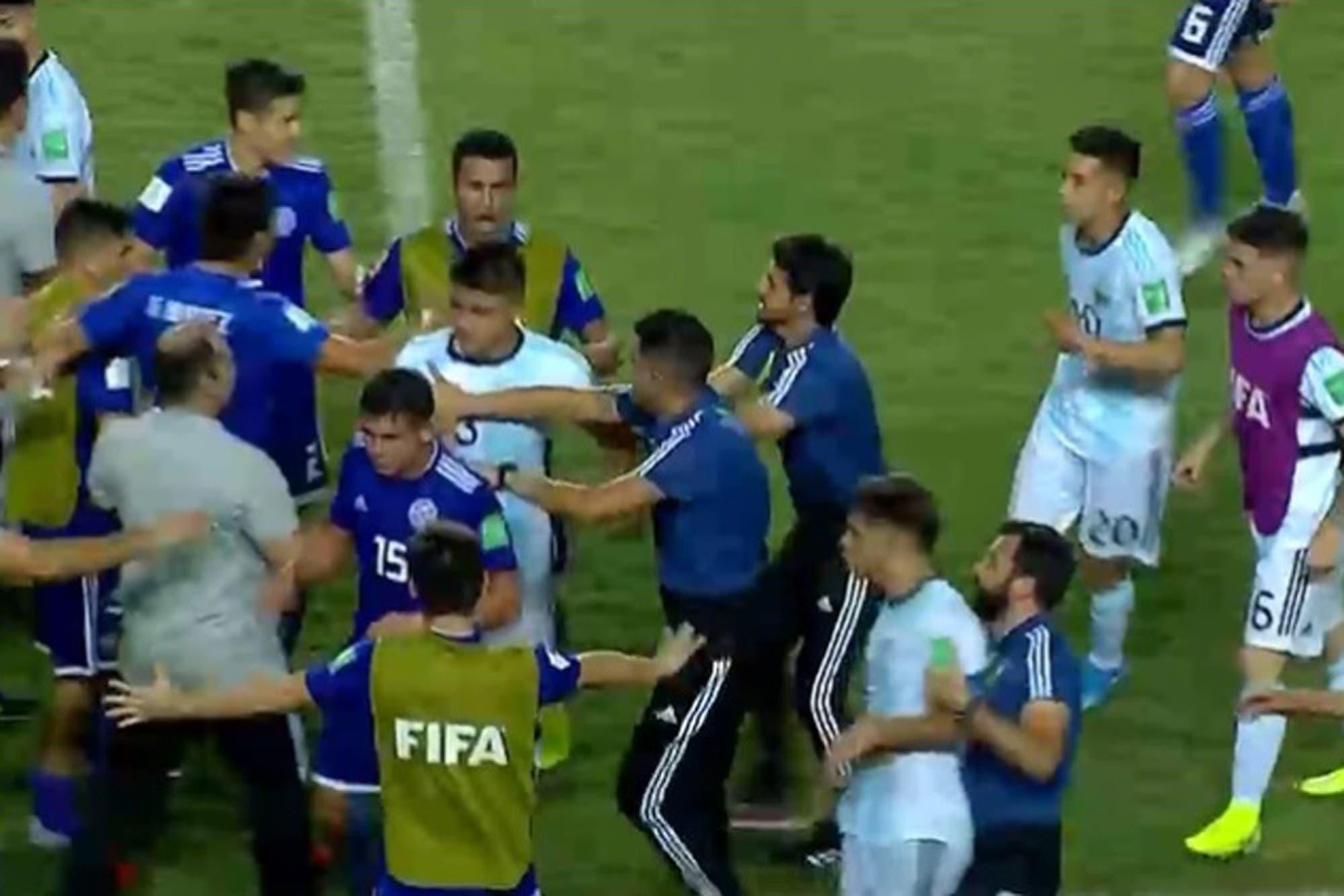 Sub 17: la gresca entre Argentina y Paraguay y la rápida reacción de Pablo Aimar