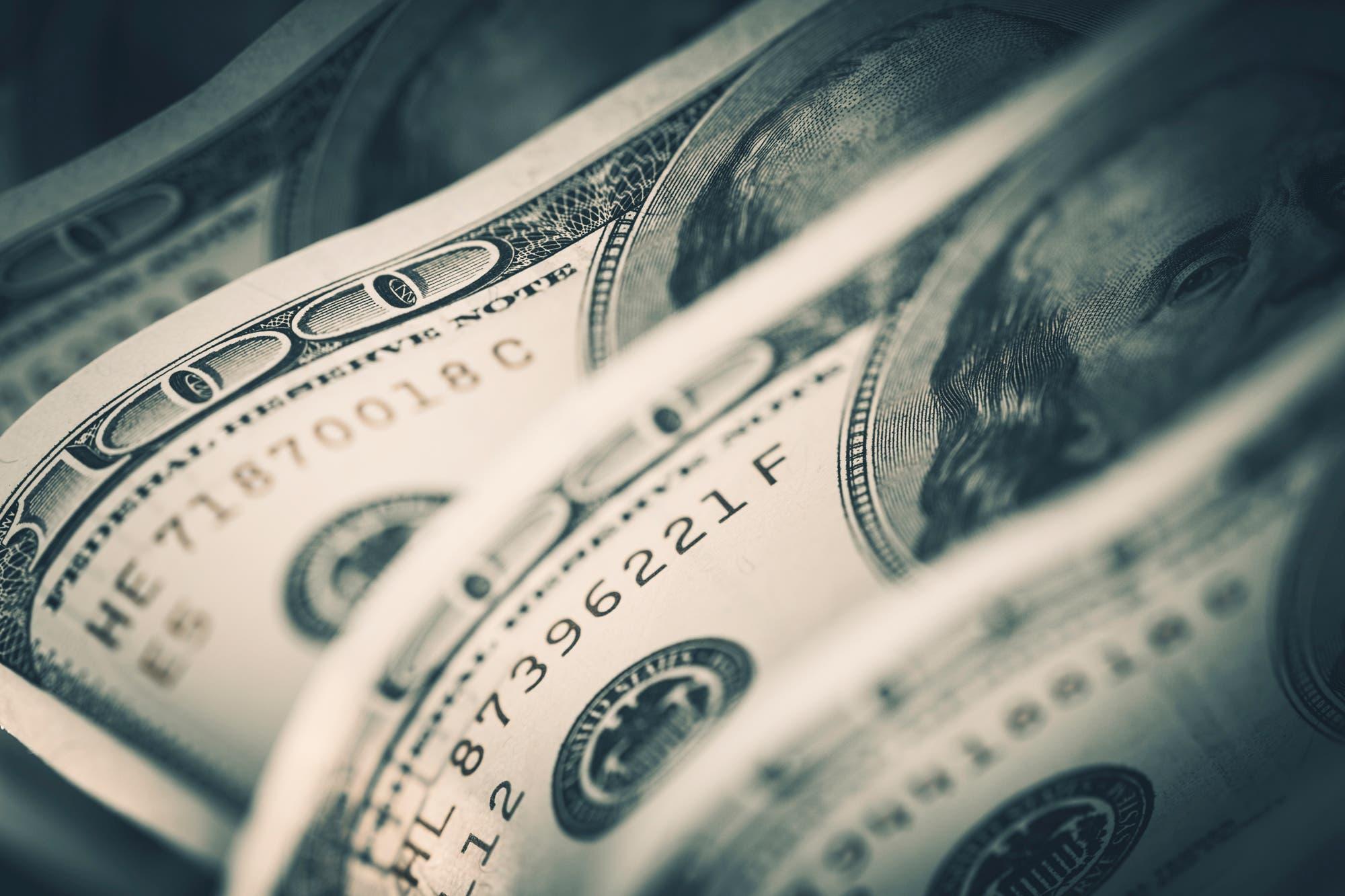 El dólar oficial retrocede, pero el riesgo país vuela