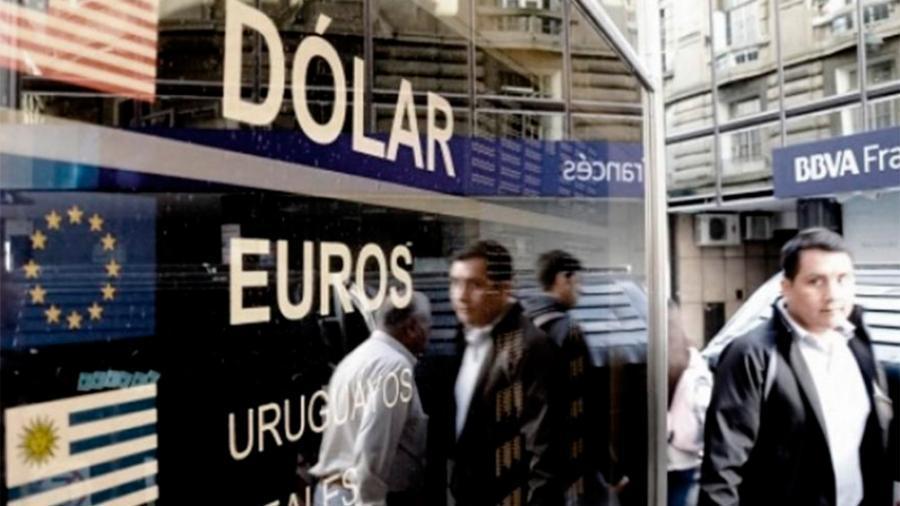 El dólar cierra con una leve suba y alcanza los $63