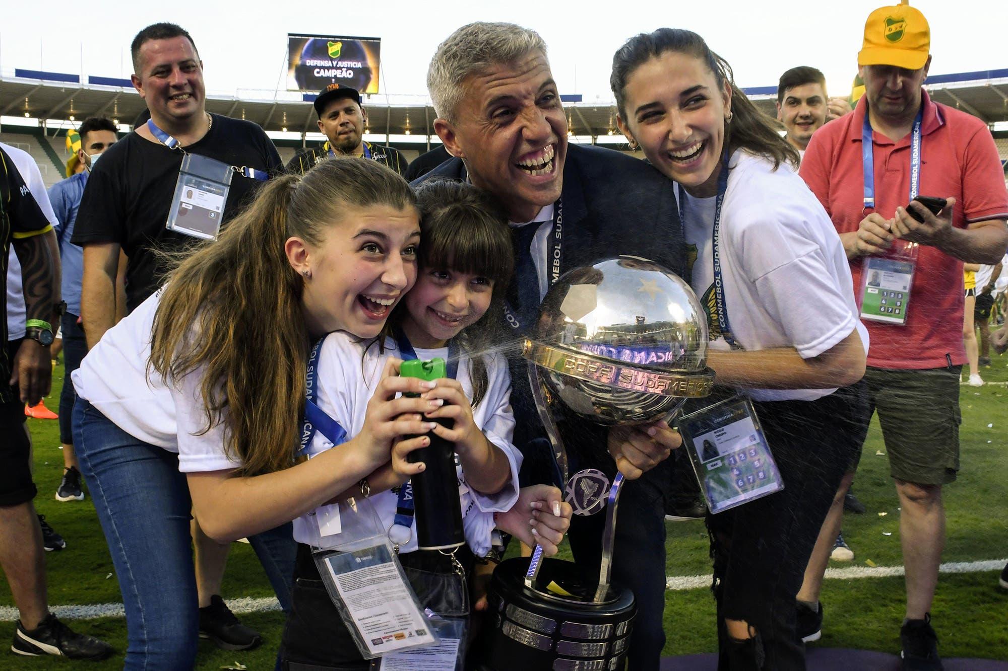 """El emotivo mensaje de Hernán Crespo, campeón de la Copa Sudamericana con Defensa y Justicia: """"Hacía un año que no veía a mis hijas"""""""