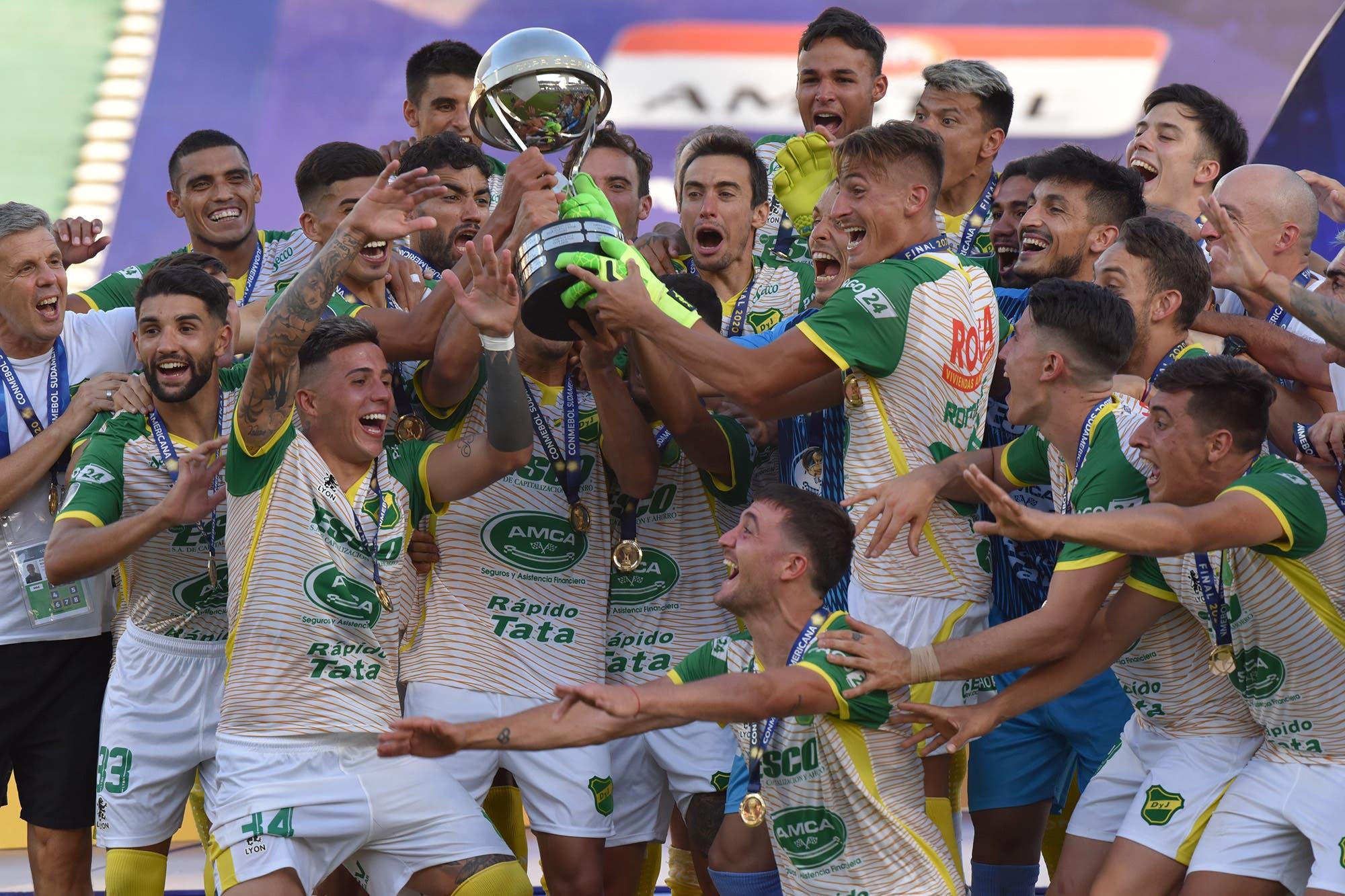 ¡Defensa y Justicia, campeón! Goleó 3-0 a Lanús y ganó la Copa Sudamericana, su primer título internacional