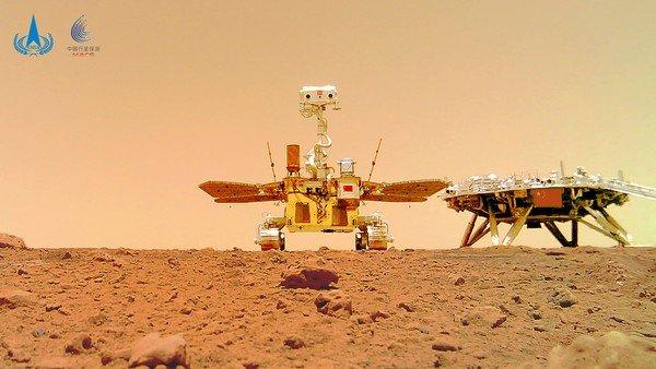 el-rover-chino-zhurong-saco-una-selfie-desde-marte-y-envio-la-postal-con-su-bandera-nacional-en-el-planeta-rojo